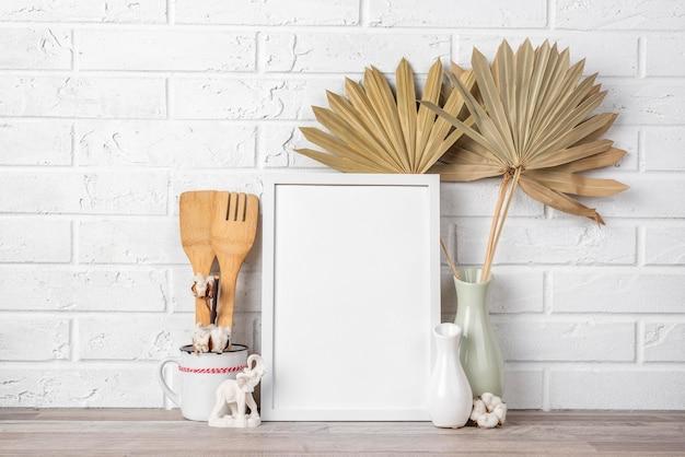 Leerer rahmen im regal neben der vase