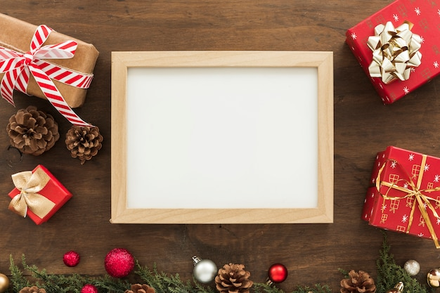 Leerer rahmen mit geschenkboxen