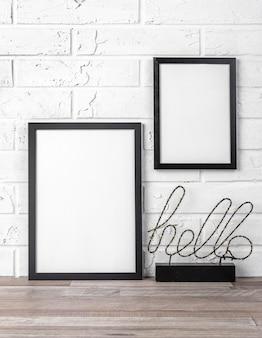 Leerer rahmen mit hallo-zeichen