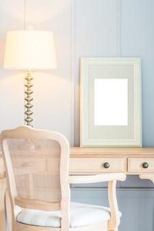 Leerer rahmen mit heller lampendekoration auf tabelle