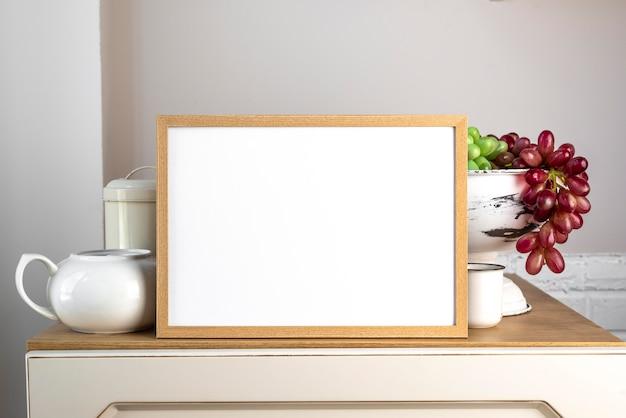 Leerer rahmen neben küchengeschirr Kostenlose Fotos