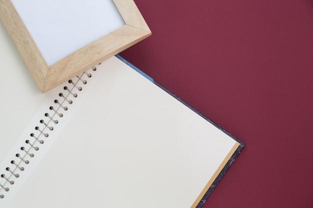 Leerer rahmen und notizbuch