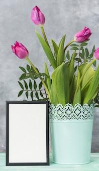 Leerer rahmen und tulpen