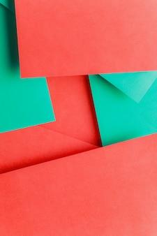 Leerer raum auf doppeltem rotem und grünem papier