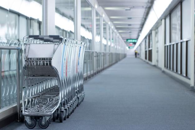 Leerer raum boardway am flughafen-terminal