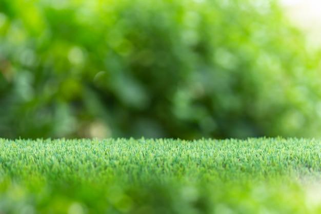 Leerer raum des spitzenweinleseholztischs oder -zählers und der sonnigen zusammenfassung verwischte bokeh hintergrund