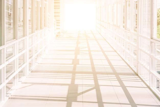 Leerer raum (leere wand in einem hellen raum), hochbau, abstrakte architektur, korridor im modernen gebäude,