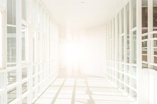Leerer raum (leere wand in einem hellen raum), hochbau, abstrakter architektur-hintergrund, korridor im modernen gebäude,