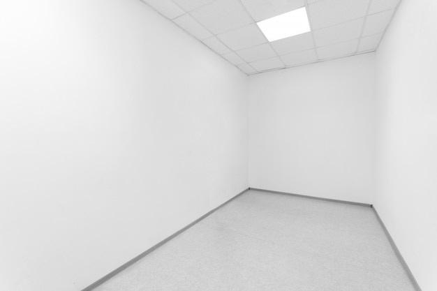 Leerer raum mit weißen wänden.