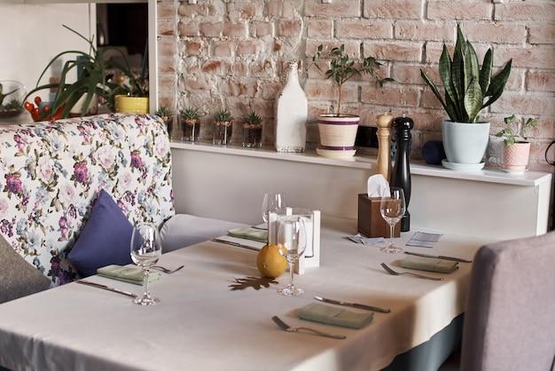 Leerer restaurant-innentisch