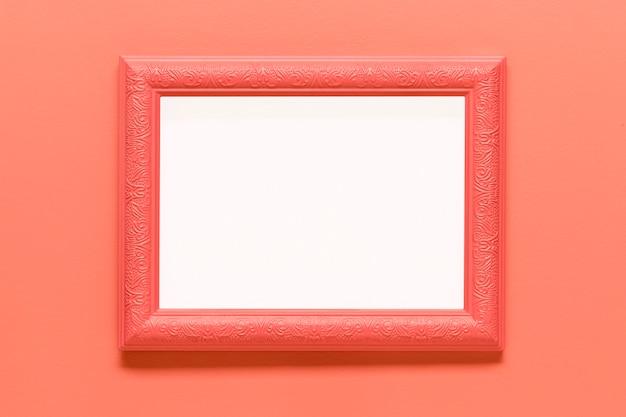 Leerer rosa rahmen auf farbigem hintergrund