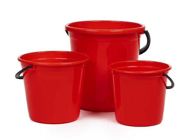 Leerer roter plastikhaushaltseimer auf einem weiß