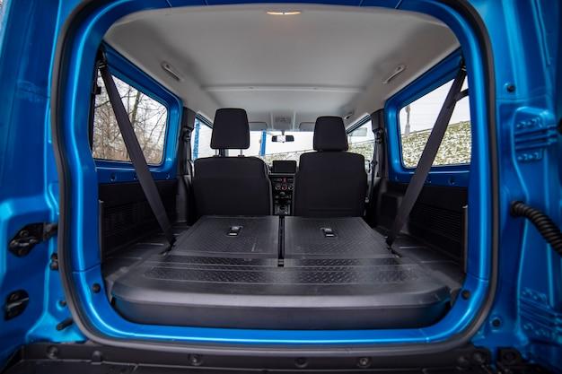 Leerer, sauberer kofferraum mit sitzen, die zu einem flachen boden aus geländewagen-crossover gefaltet sind
