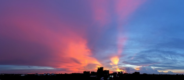 Leerer schöner himmel panoramablick