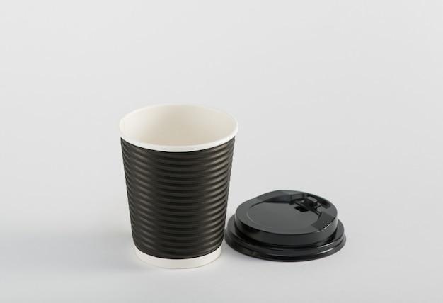 Leerer schwarzer pappbecher kaffee zum mitnehmen isoliert auf weißem hintergrund