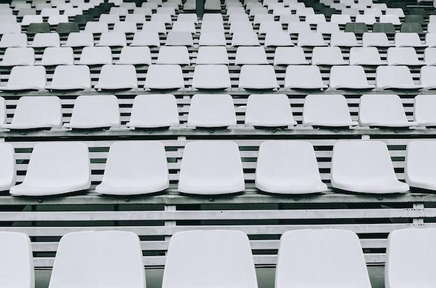 Leerer sitz am fußballstadion, muster von weißen stadionsitzen