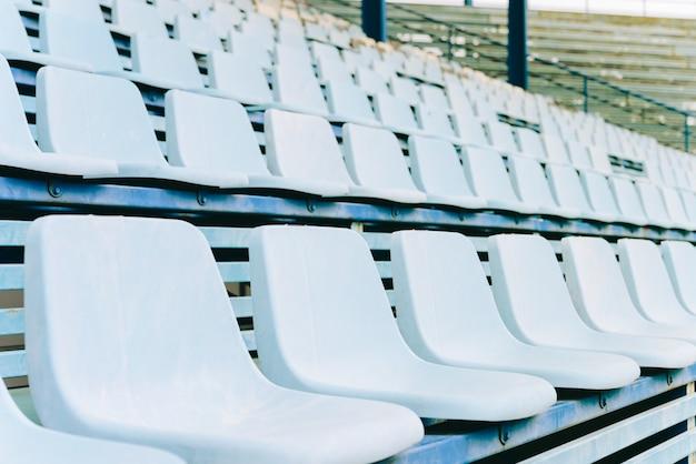 Leerer sitz am fußballstadion