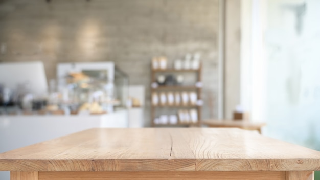 Leerer spitzenholztisch im caféhintergrund