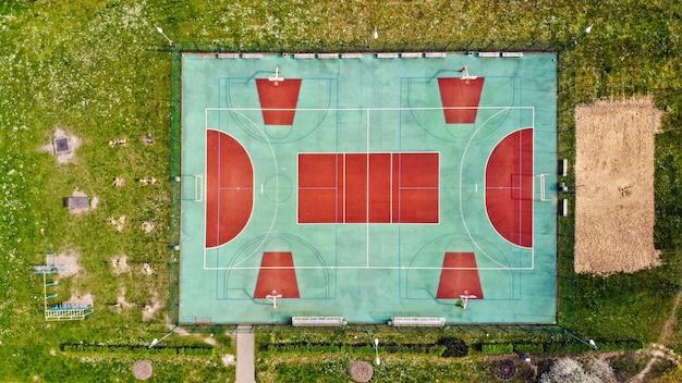 Leerer sportplatz von oben, der für die öffentlichkeit geschlossen ist