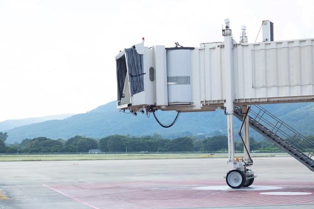 Leerer start- und landebahn terminal flughafen niemand transport mit dem flugzeug