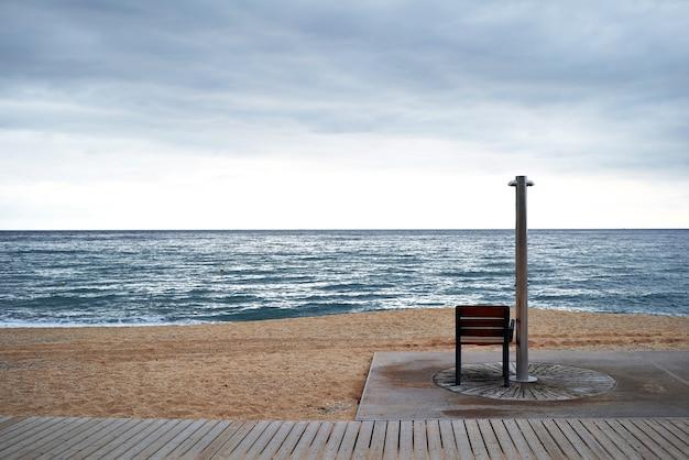 Leerer strand an einem wolkigen tag