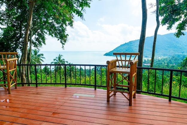 Leerer stuhl auf balkon mit meerblick des ozeans in thailand