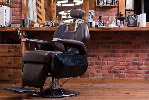 Leerer stuhl des niedrigen winkels im friseursalon