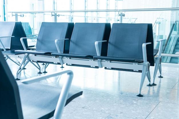 Leerer stuhl im flughafen
