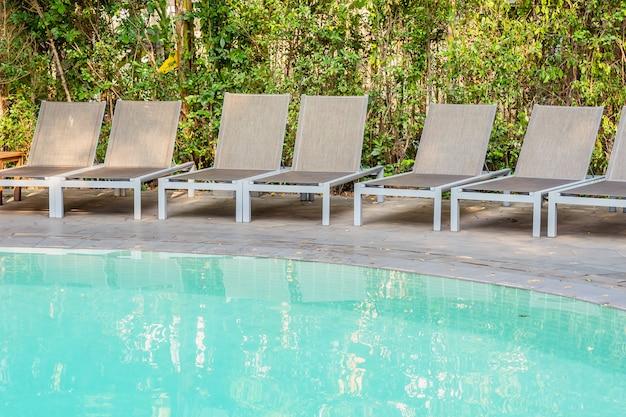 Leerer stuhl um swimmingpool im hotelerholungsort