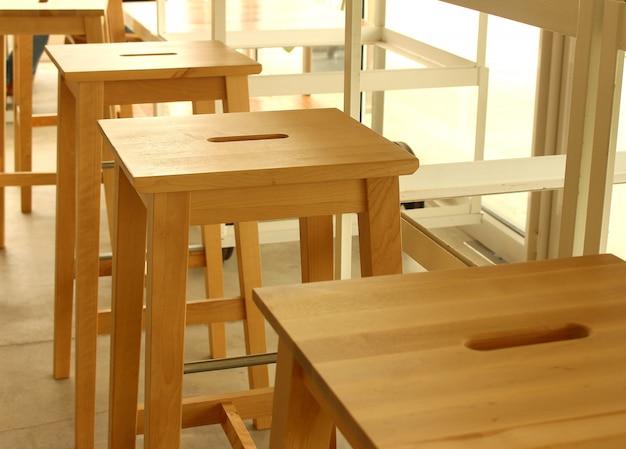 Leerer stuhl- und tabellensatz