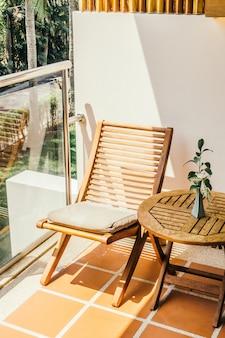 Leerer stuhl und tisch