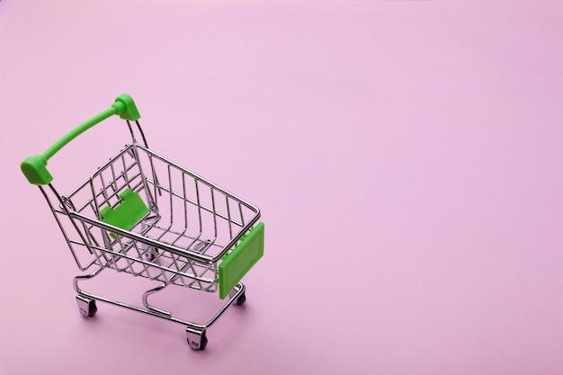 Leerer supermarkt-einkaufs-einkaufswagen