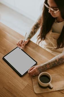 Leerer tablet-bildschirm und frau, die einen eingabestift hält