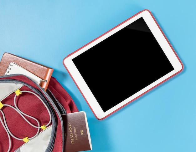 Leerer tablettenschirm für reisespaziergängerwebsite-anwendungsspott oben
