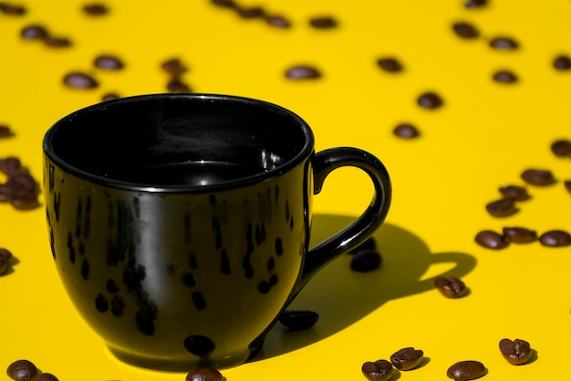 Leerer tasse kaffee mit körnern