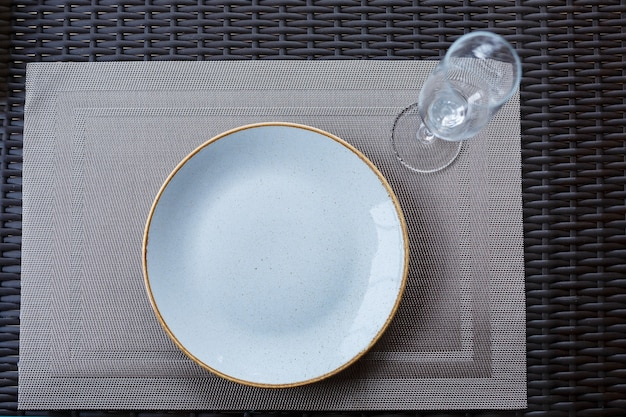 Leerer teller aus blau glasiertem keramikmelamin zum abendessen.