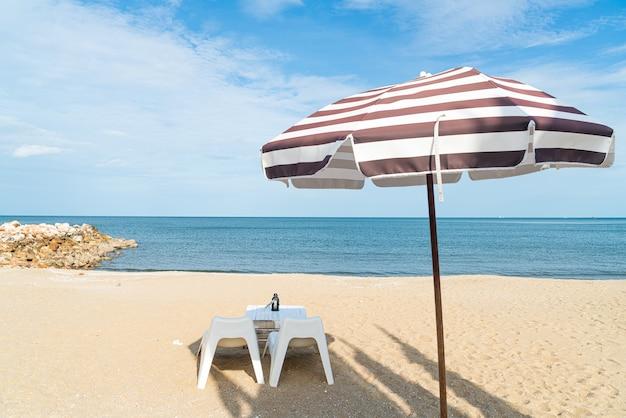 Leerer terrassentisch und -stuhl am strand mit meeresstrandhintergrund