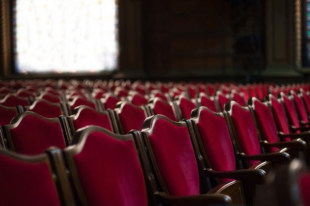 Leerer theatersaal. rote sessel