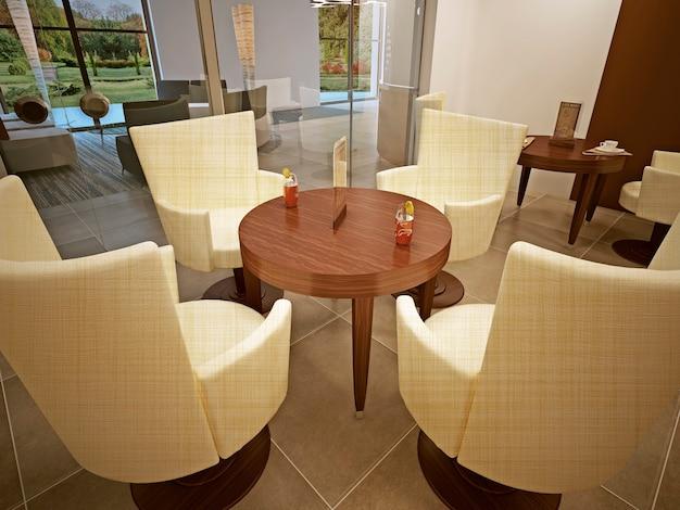 Leerer tisch im café mit cocktails, ein tisch für vier personen