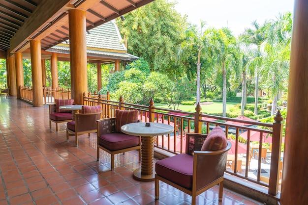 Leerer tisch tisch und stuhl auf dem balkon