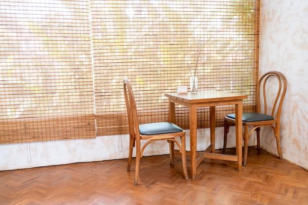 Leerer tisch und stuhl im café und restaurant des coffeeshops