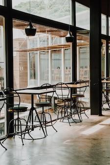 Leerer tisch und stuhl im restaurant und café
