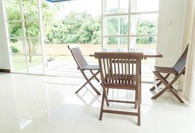 Leerer tisch und stuhl im wohnzimmer