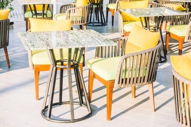 Leerer tisch und stuhl