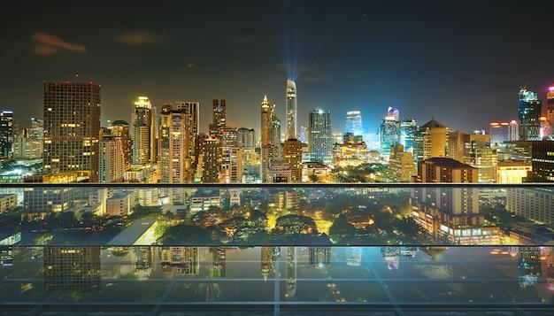 Leerer transparenter glasboden auf dem dach mit skyline der stadt