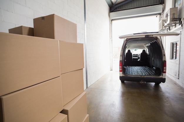 Leerer transporter bereit zum laden