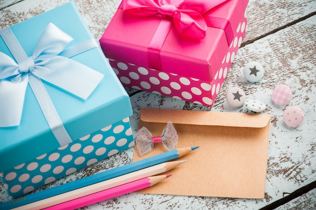 Leerer umschlag mit blauen und rosa stiften
