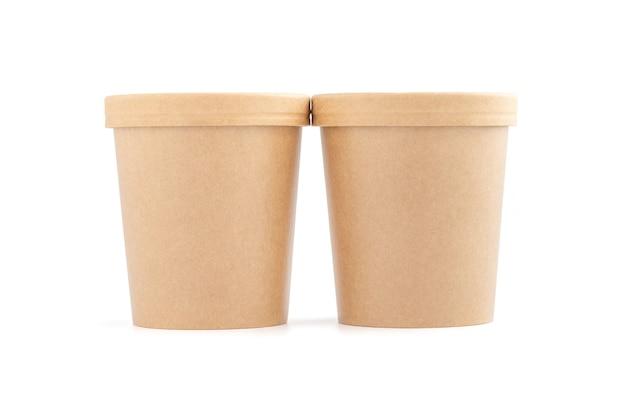 Leerer verpackungskraftpapierbecher für ökologieproduktdesign-modell isoliert auf weißem hintergrund mit beschneidungspfad