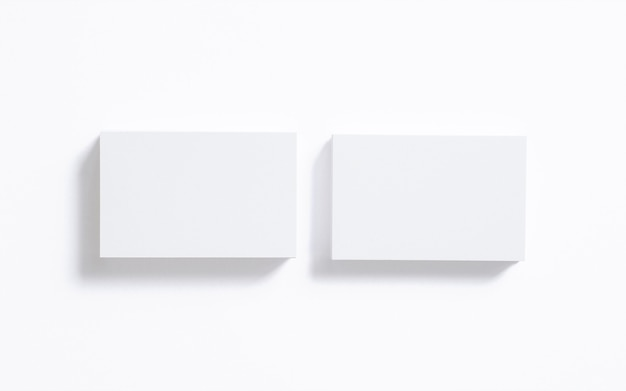 Leerer visitenkartenstapel lokalisiert auf weiß. löschen sie die vorlage, um ihre präsentation zu präsentieren.