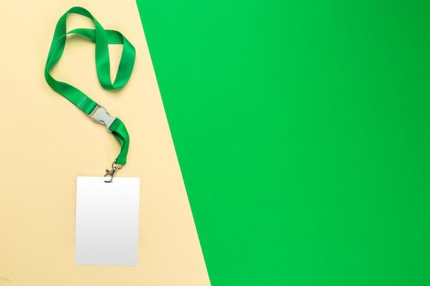 Leerer weißer ausweis auf draufsicht des farbblocks